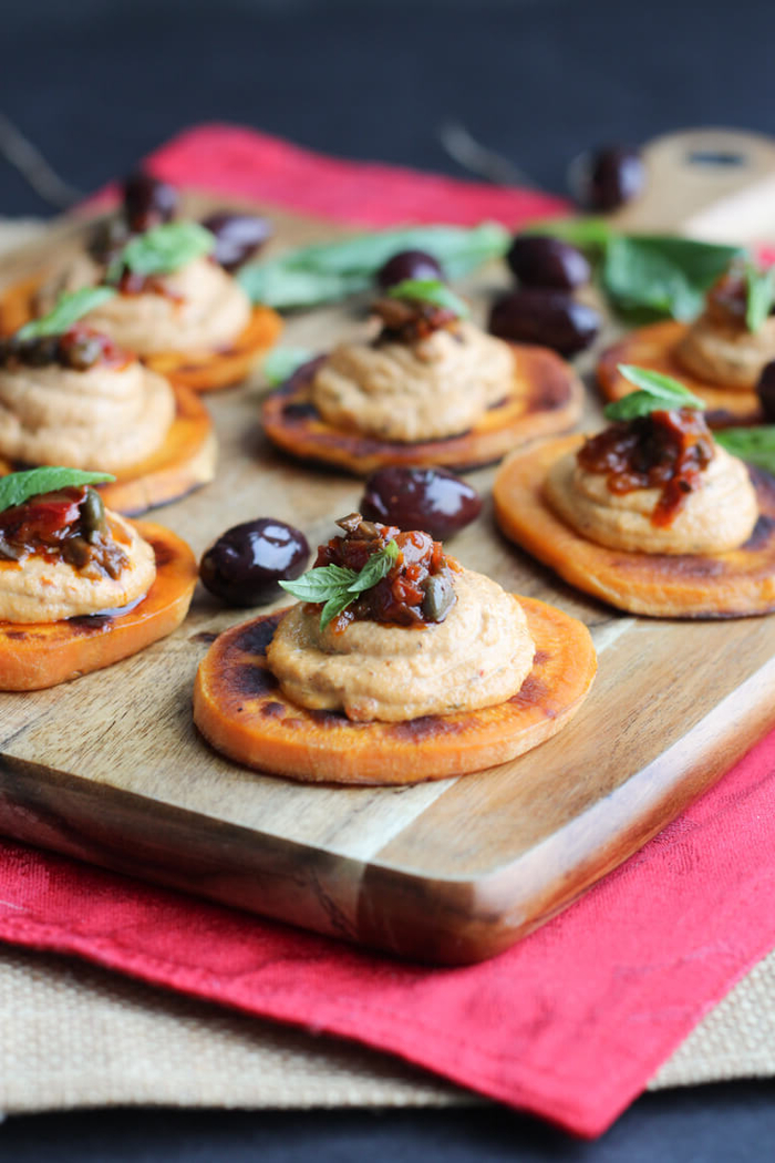 bocados con batata, humus casero, salsa de pimientos y aceitunas, tapas para navidad ricas y saludables