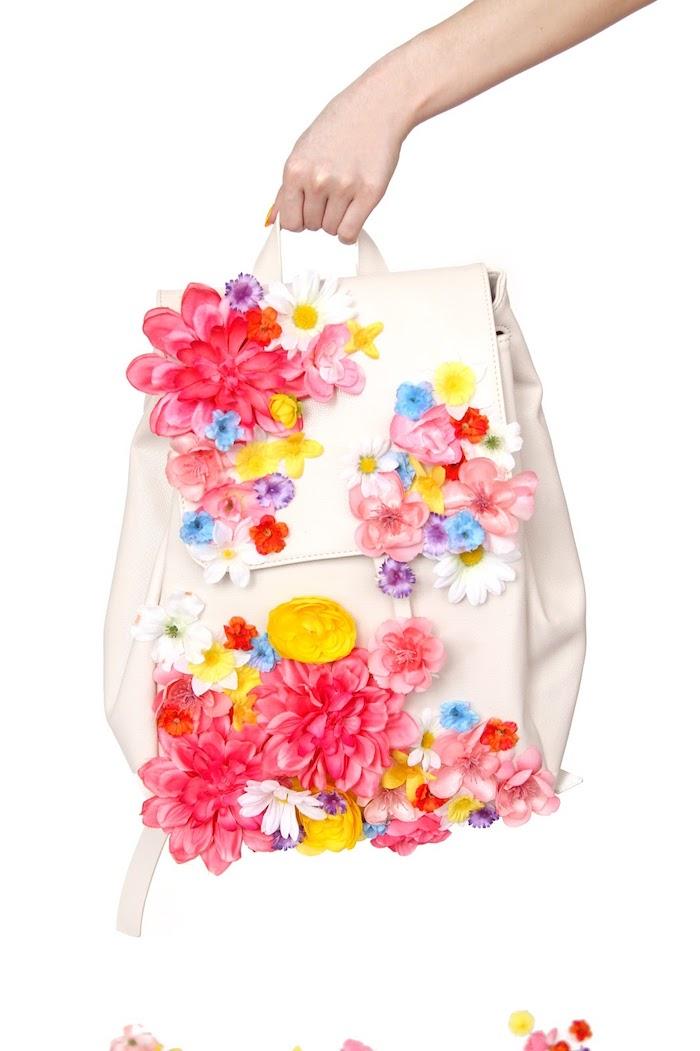 bolso decorado con flores coloridas, bonitas propuestas de regalos originales que puedes hacer en casa