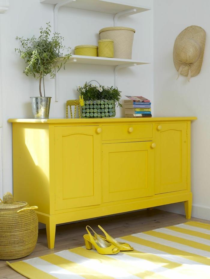como pintar un mueble de madera de otro color, armario bonito pintado en color amarillo