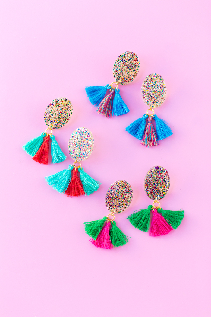 pendientes coloridos super originales con borlas hechas a mano, ideas para regalar creativas