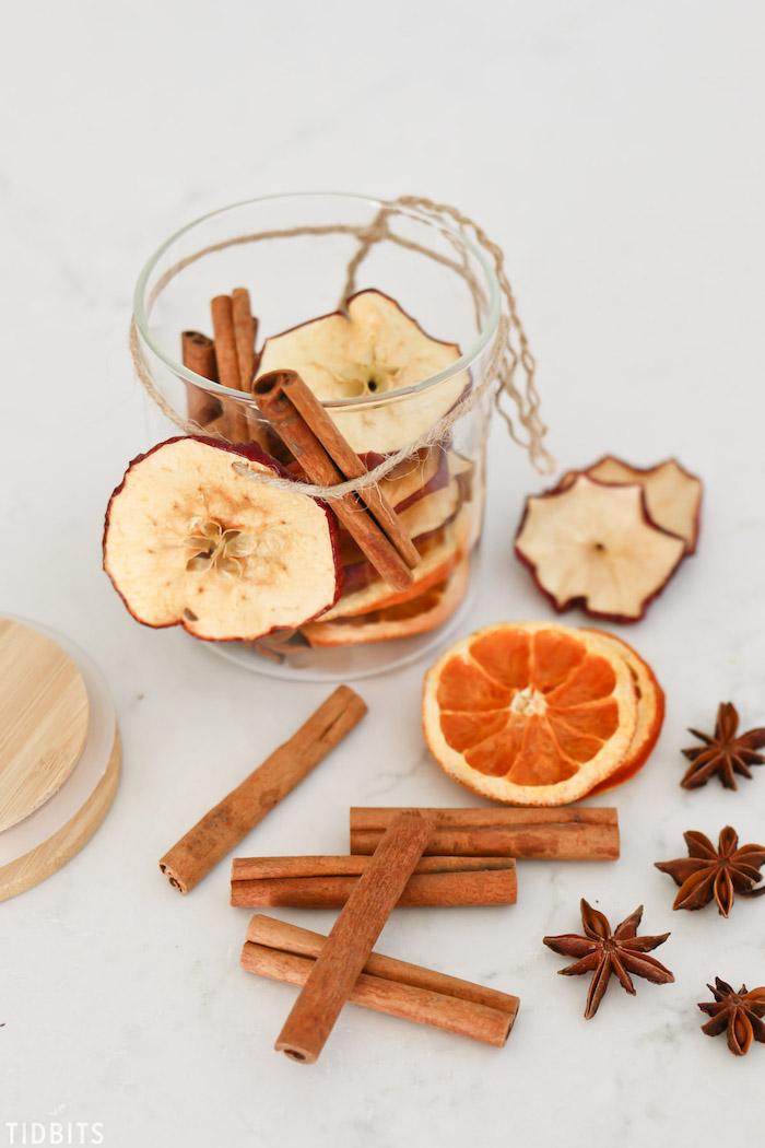 super originales ideas de regalos DIY para aromatizar la casa en Navidad, popurrí con frutas secas y palos de madera