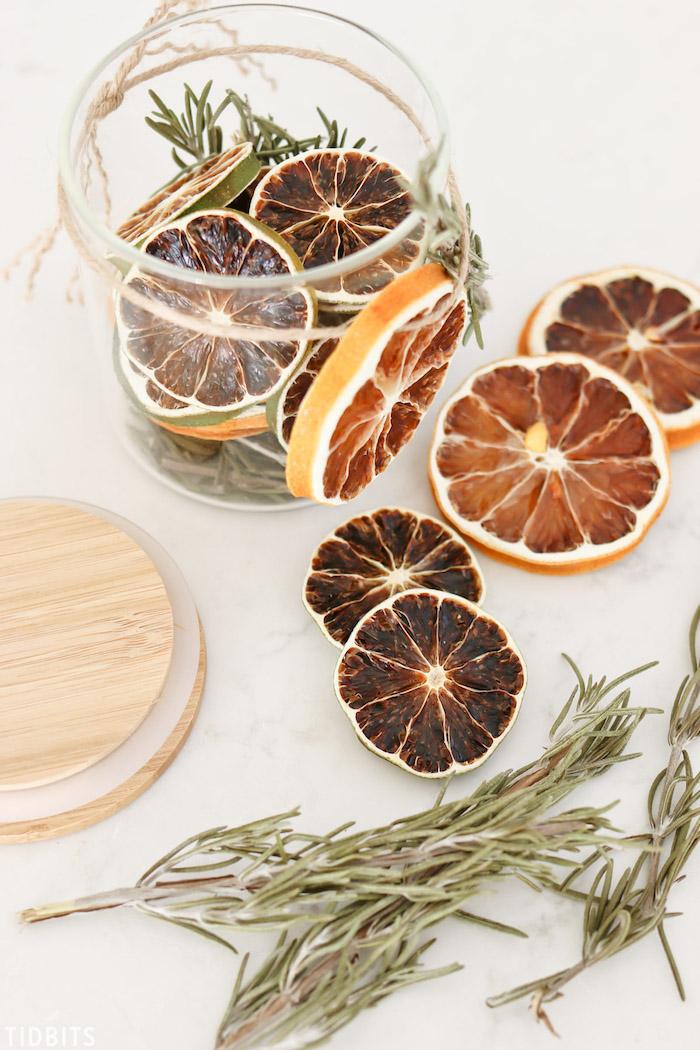 ideas de regalos personalizados y temáticos para Navidad hechos a mano, frasco lleno de frutas secas, lima, limón y romero seco