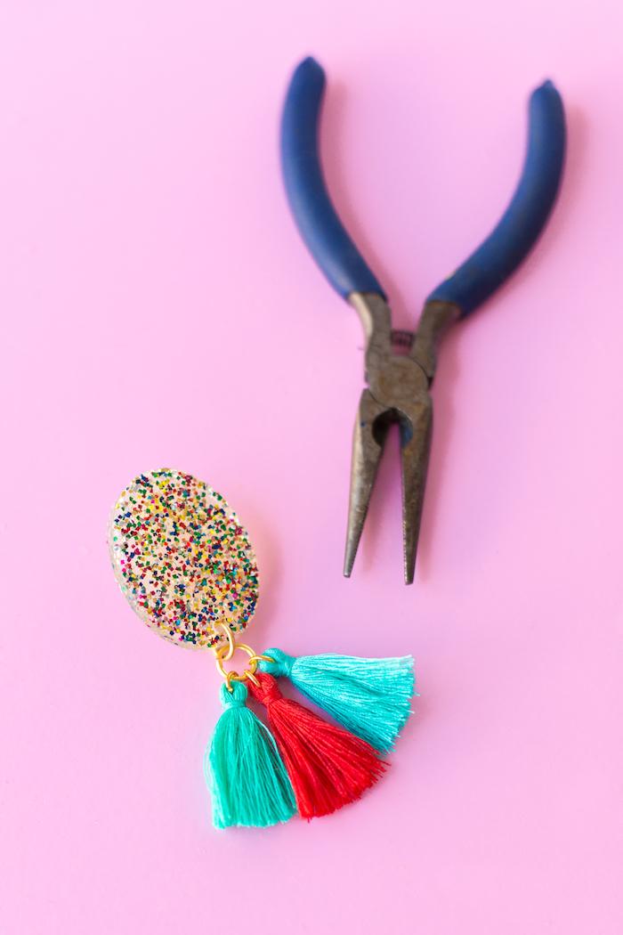 como hacer pendientes DIY con borlas coloridas, ideas para regalar hechas a mano paso a paso