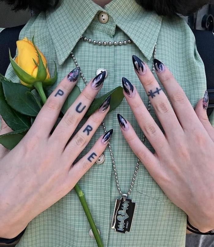diseños de tatuajes en la mano y los dedos, tatuajes con letras con fuerte significado, tattoo dedos simbólicos