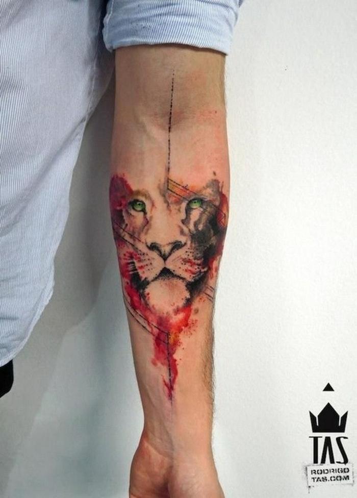 cuáles son los mejores diseños de tatuajes acuarela, tatuaje león en el antebrazo en fuertes colores