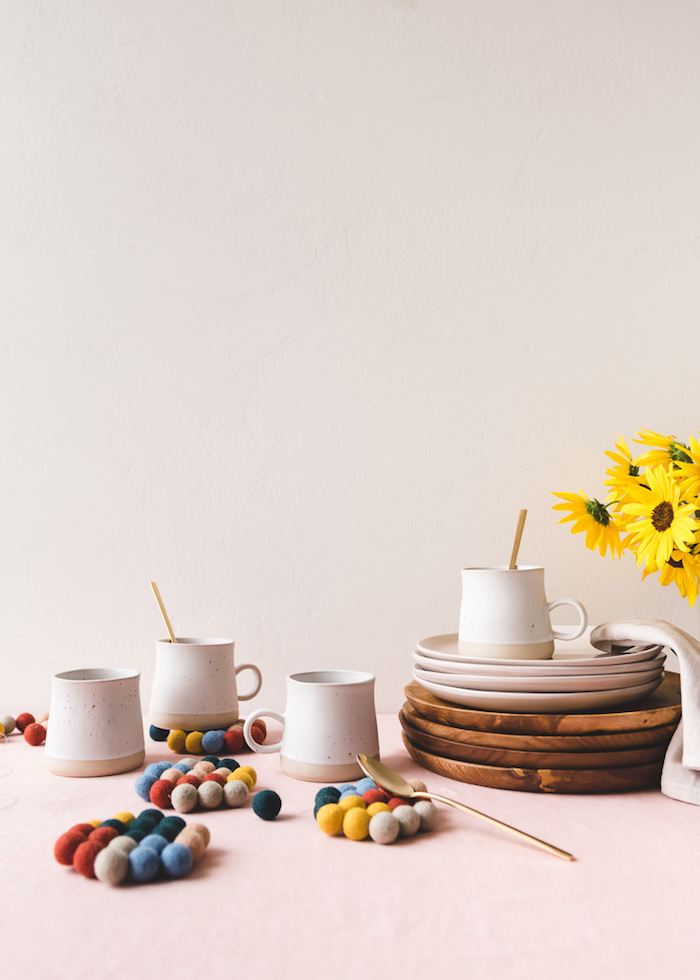 como hacer portavasos DIY de pequeños pompones coloridos, ideas de regalos para el día de la madre, regalos para abuelas