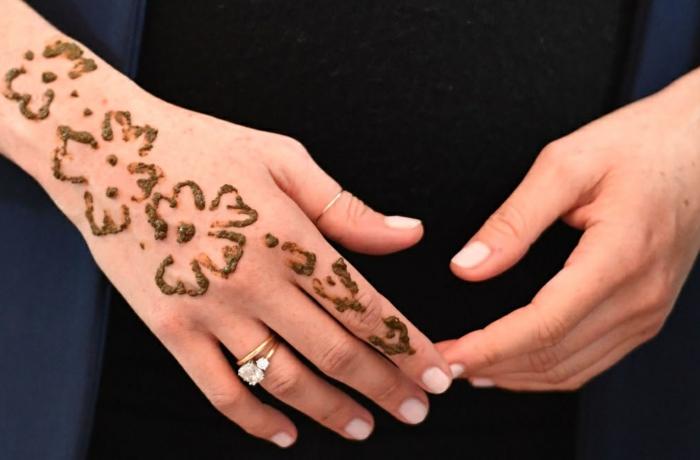 tatuajes de henna super elegantes y bonitos, mano tatuada con henna, diseños motivos florales
