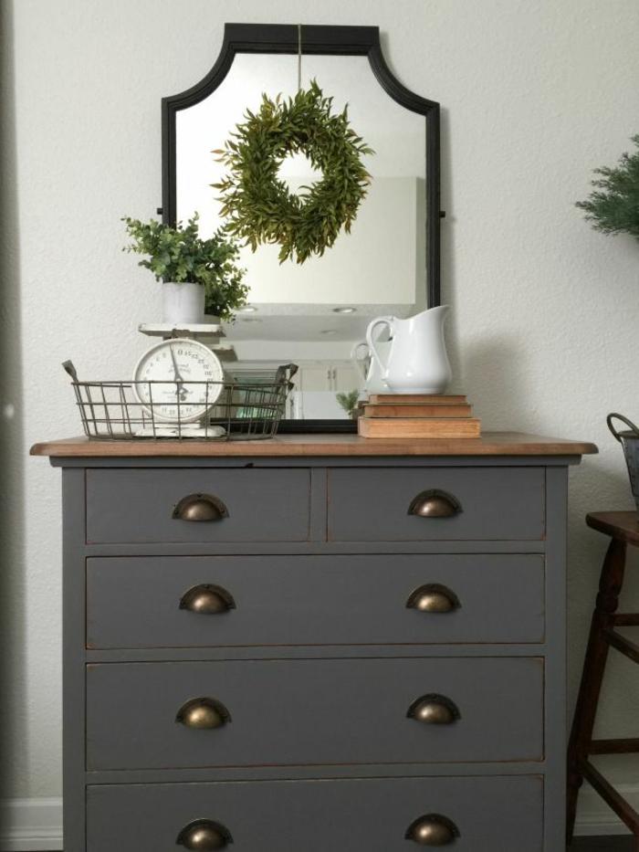 excelentes ideas sobre como pintar muebles antiguos, cofre pintado en color gris, paredes blancas y plantas verdes