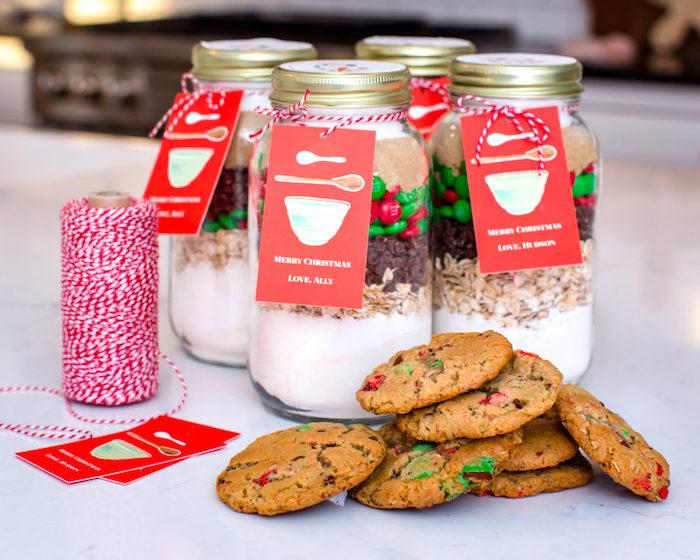 regalos hechos a mano para regalar en Navidad, frascos llenos de mezcla de cookies navideños, receta de galletas navideñas