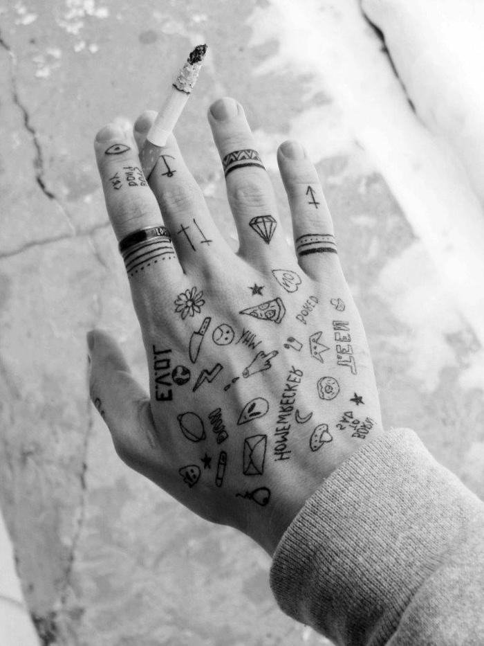 tatuaje mano hombre, pequeños detalles tatuados en la mano y en los dedos, anillos tatuados