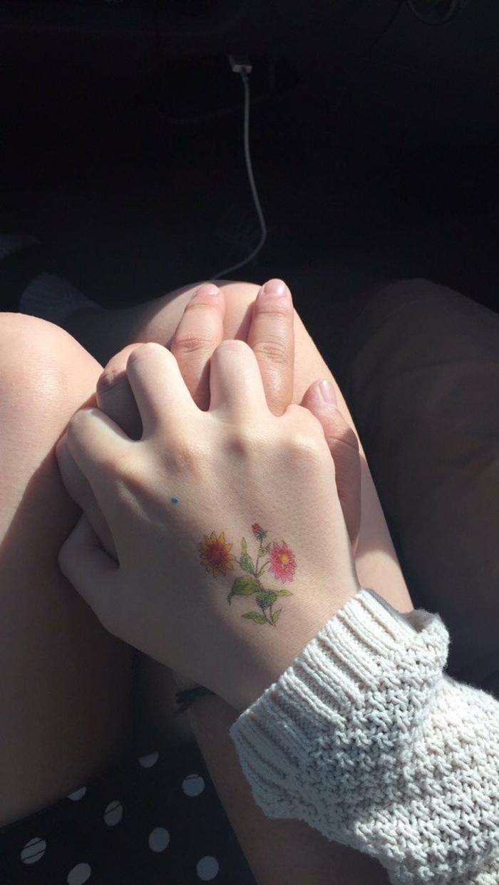 preciosos diseños de tatuaje mano, tatuaje floral en la mano, adorables propuestas de tatuajes