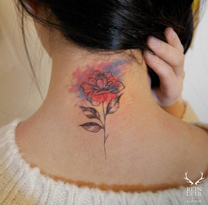 tatuajes en la nuca con manchas de colores, tatuajes de flores super bonitos, diseños de tatuajes