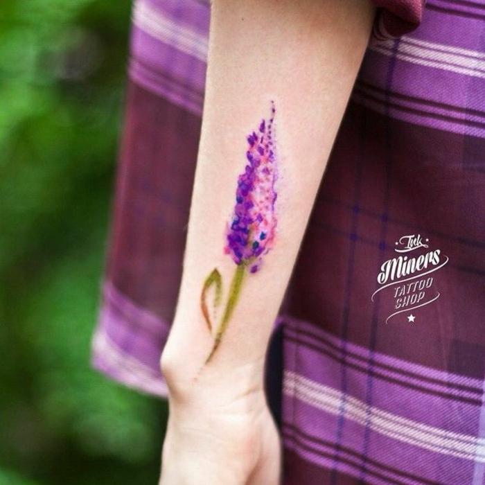 inspiradores diseños de tatuajes con flores, diseños de tattoos en colores llamativos, las mejores ideas de tatuajes acuarela