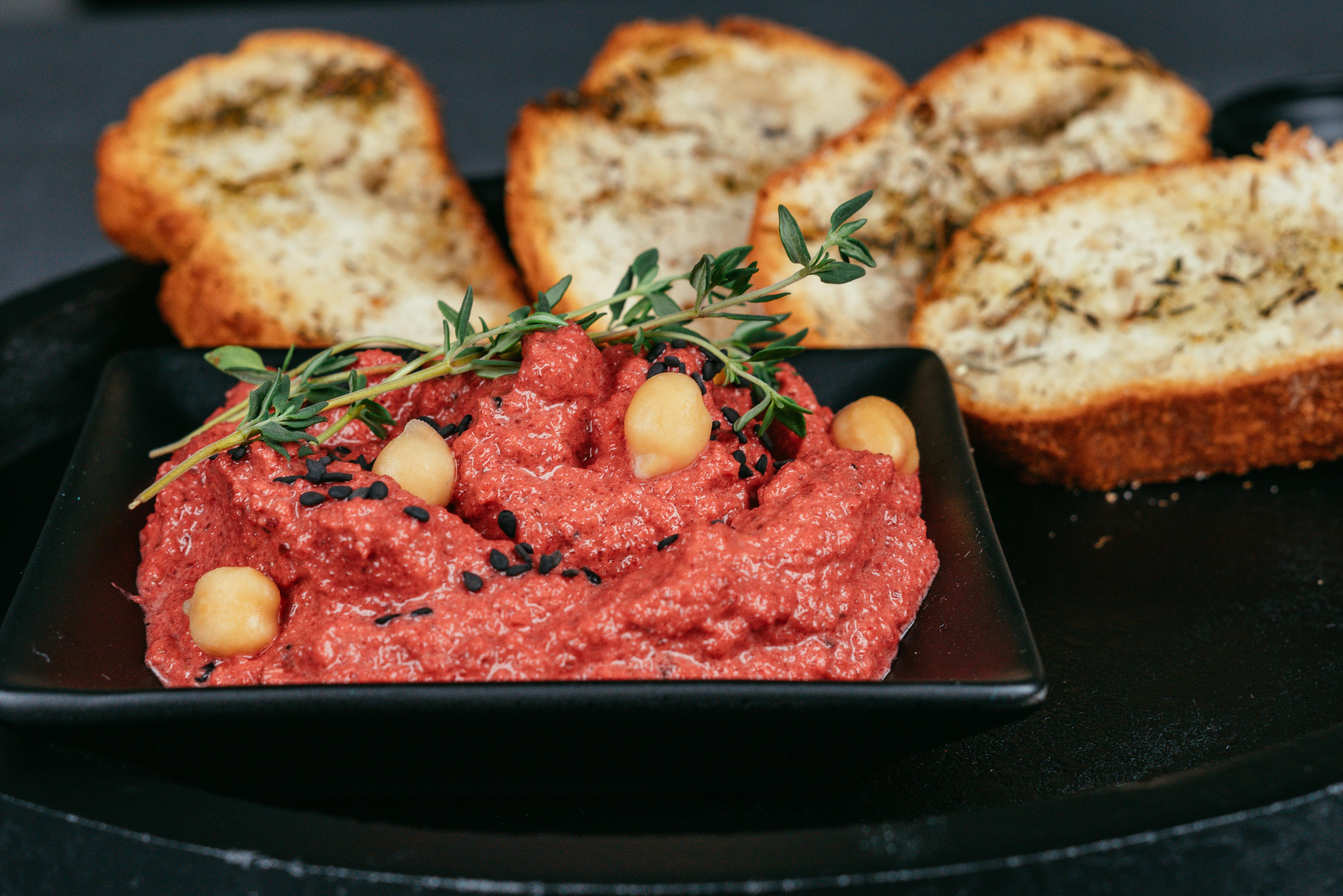 las mejores ideas de entrantes vegetarianos caseros en fotos, humus de remolacha y garbanzos con tostadas al horno
