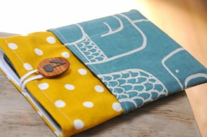 ideas creativas de manualidades para regalar, abrigo para tablet bonito, ejemplos de regalos amigo invisible