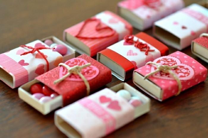 bonitas ideas de regalos originales pareja, pequeñas cajas con caramelos, ideas de regalos DIY con materiales reciclados