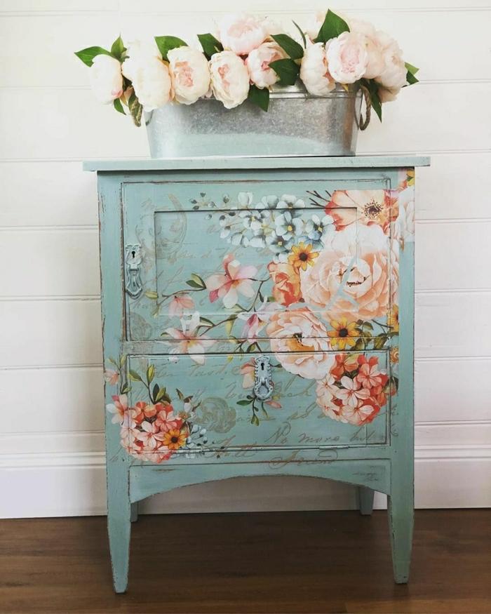 muebles antiguos pintados con motivos florales, preciosos armario pequeño decorado con dibujos de peonias