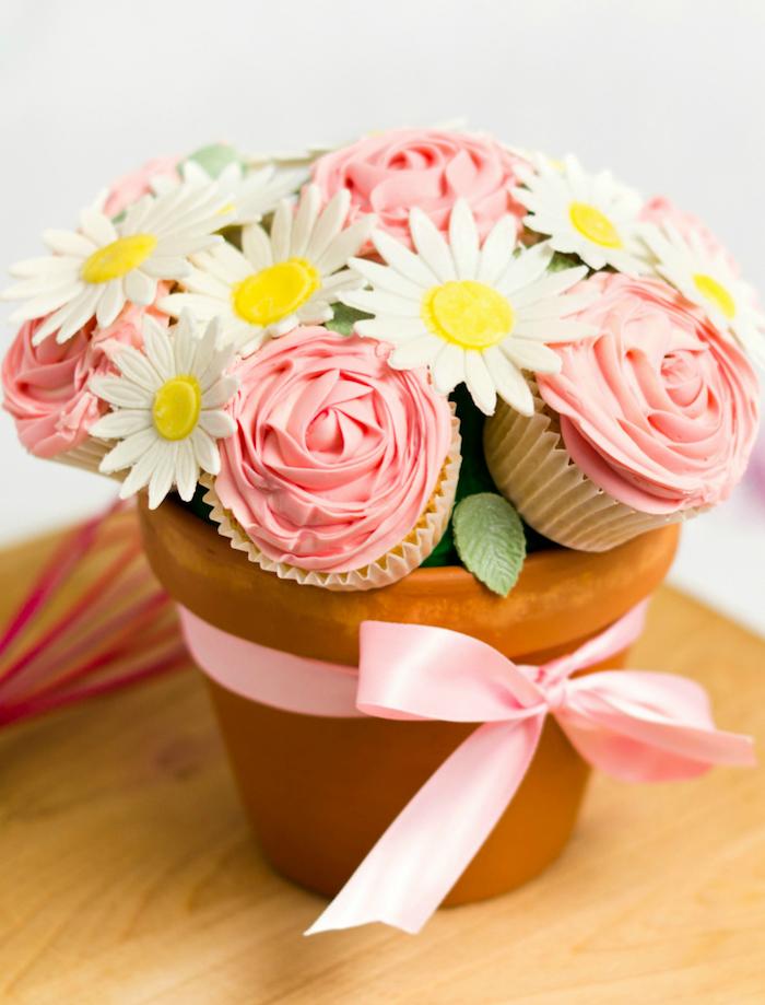 maceta llena de cupcakes en forma de flores, las mejores ideas de regalos DIY para sorprender a tu madre, magdalenas decoradas en forma de flores