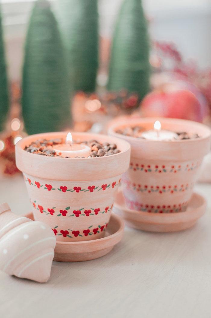candelabros originales hechas de macetas decoradas y velas pequeñas, fotos de regalos magníficos para Navidad