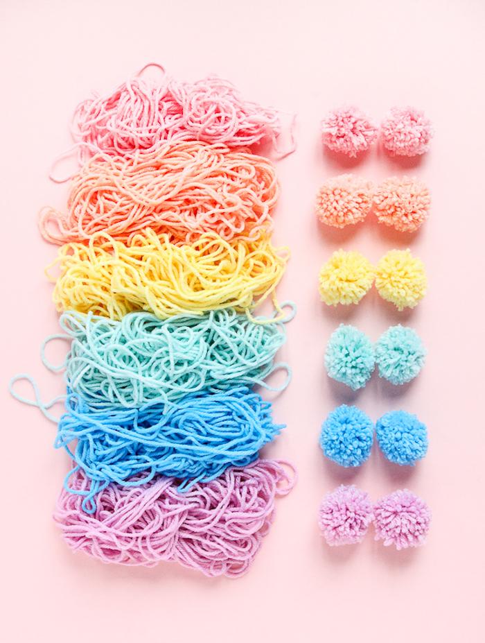 cómo hacer pompones coloridos paso a paso, ideas regalos que puedes hacer solo en casa