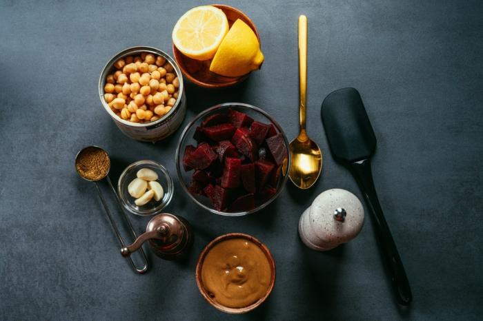 ingredientes para hacer humus casero con remolacha, garbanzos cocidos, limones, trozos de remolacha hervida, tahini de sesamo