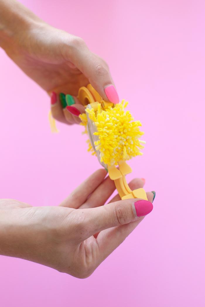 como hacer pompones caseros paso a paso, hacer pompones con pomponera en imagines