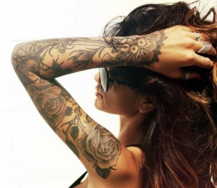 diseños de tatuajes en los brazos y las manos, preciosos diseños con motivos florales, tatuajes de rosas