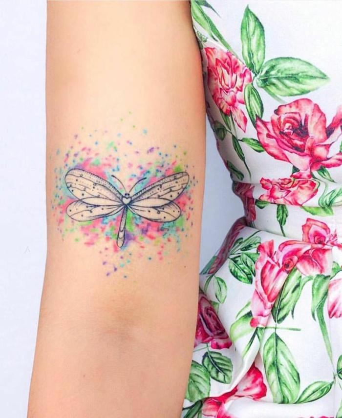 fotos de tatuajes de mariposas en colores, diseños tatuaje mujer en el brazo, tatuajes minimalistas únicos