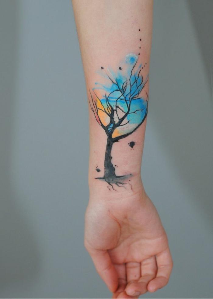 diseños únicos de tatuajes, tatuaje antebrazo árbol en colores llamativos, tatuajes de flores