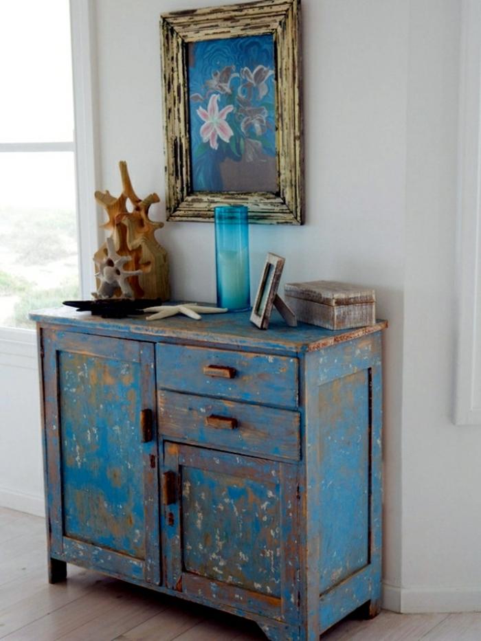 adorables ideas de muebles pintados a la tiza, salón decorado en estilo vintage con armario efecto desgastado