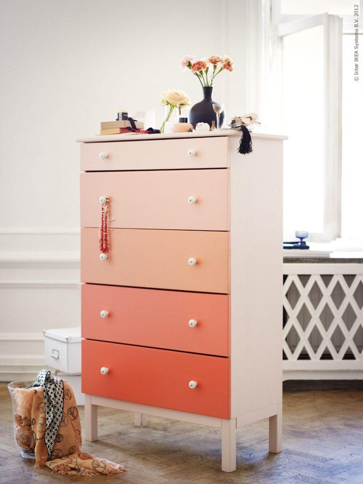 ideas originales para dar vida a los muebles viejos, cofre pintado en bonitos colores con efecto ombre, fotos de muebles restaurados