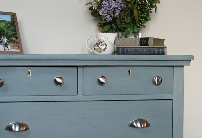 decoración salon estilo provenzal, cofre pintado en color azul, muebles pintados a la tiza