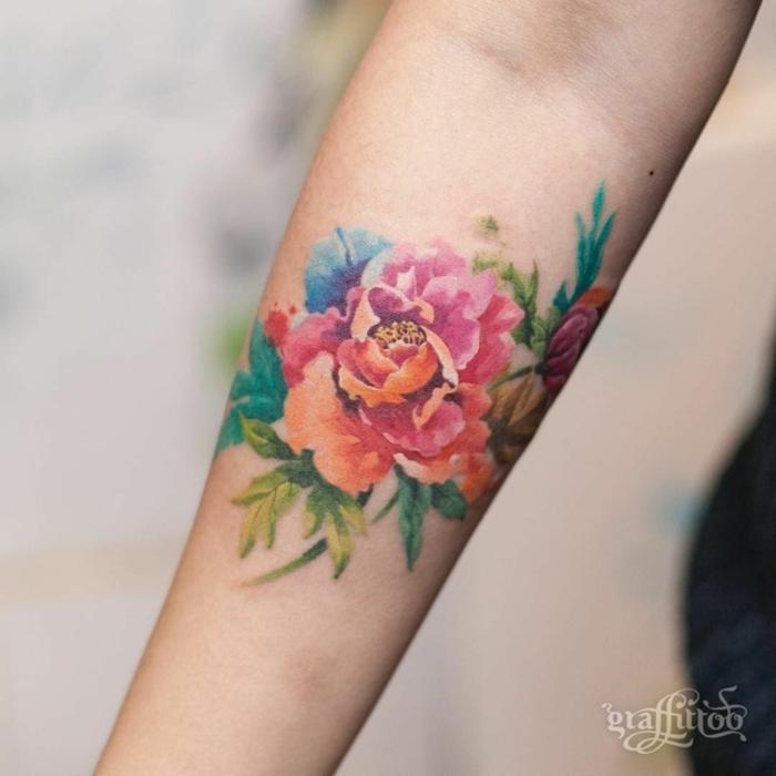 diseños de tatuajes de flores para hombres y mujeres, tatuaje antebrazo en colores llamativos