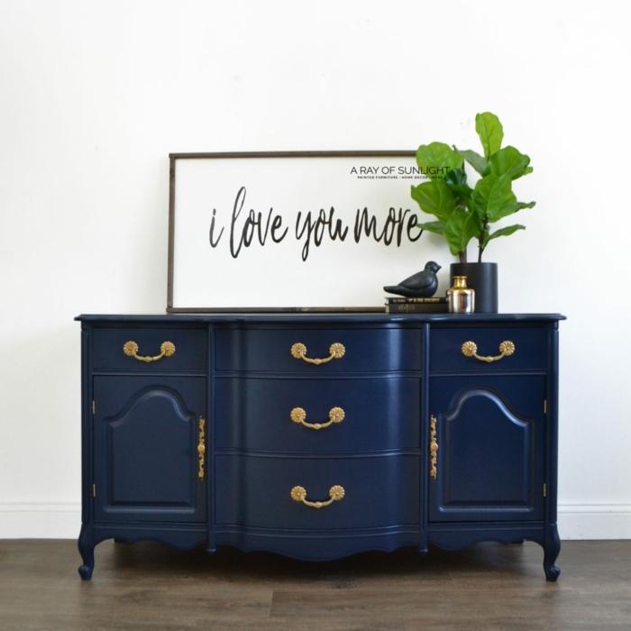 decoración salón moderno con muebles en estilo vintage, pintura de tiza armario pintado en azul oscuro