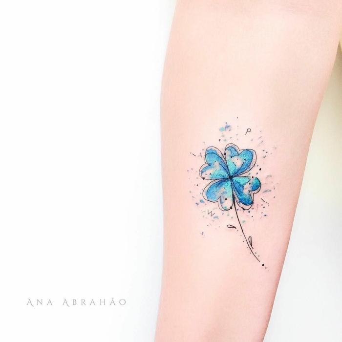 diseños minimalistas de tatuajes de flores, tatuaje color azul en el antebrazo, diseños de tattoos