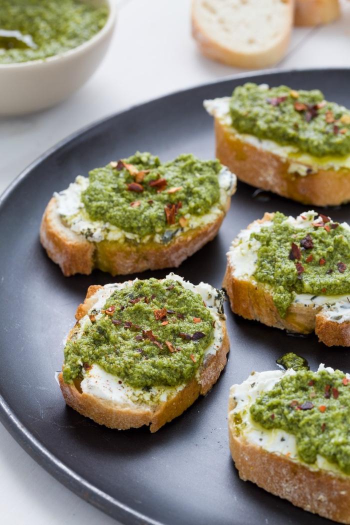 tostadas con crema de queso y pesto casero, ideas de recetas vegetarianas navidad en imagines
