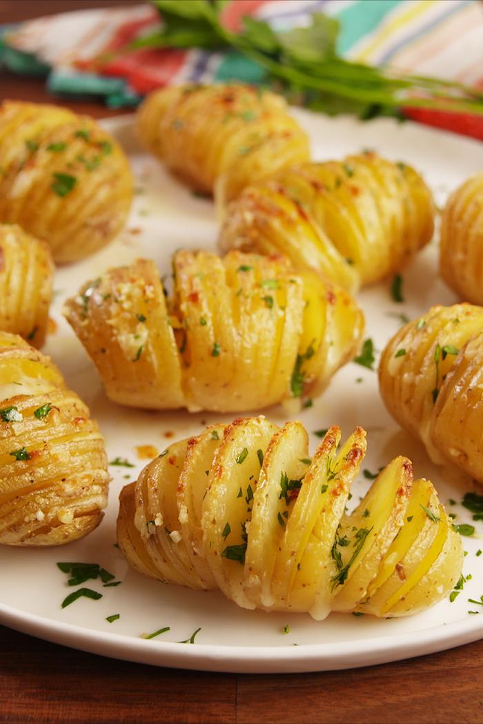 patatas al horno con ajo, quesos y perejil, recetas vegetarianas para navidad únicas, recetas paso a paso