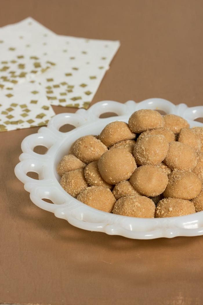 cómo hacer postres fáciles y rápidas sin horno, bolas dulces de mantequilla de mani, recetas de postres saludables