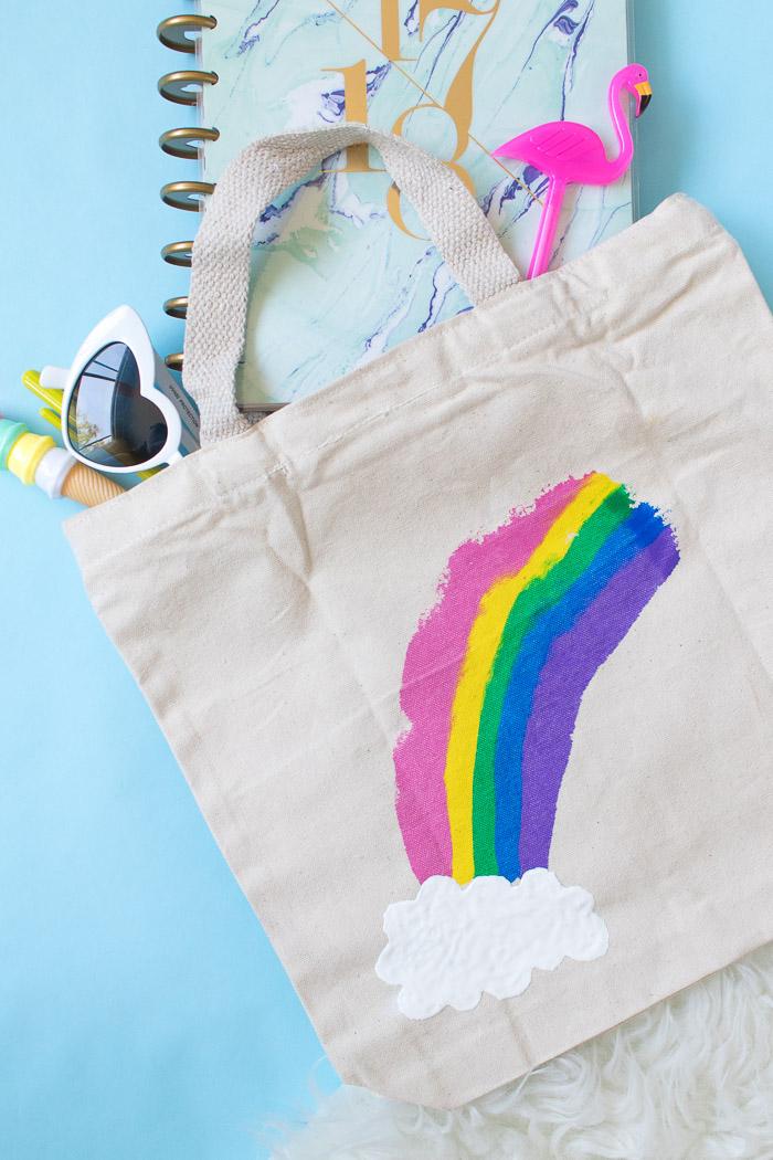 bolso para regalar pintado a mano, ideas de regalos personalizados hechos a mano, bonito arco iris dibujado en un bolso