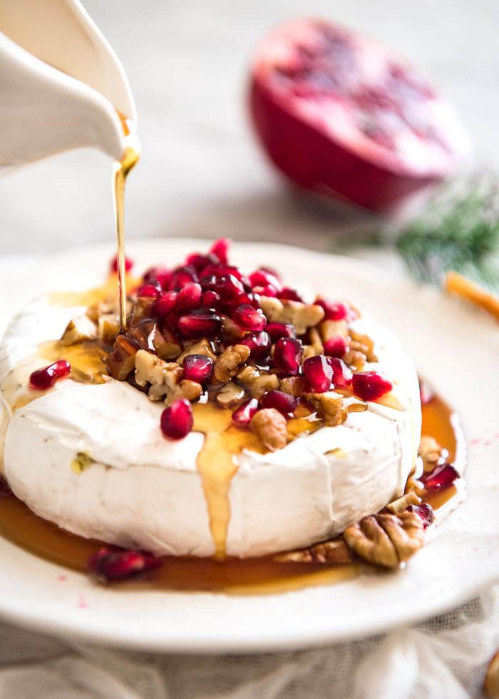 queso brie con salsa casera de miel, nueces y frutas de granada, ideas de recetas vegetarianas para navidad