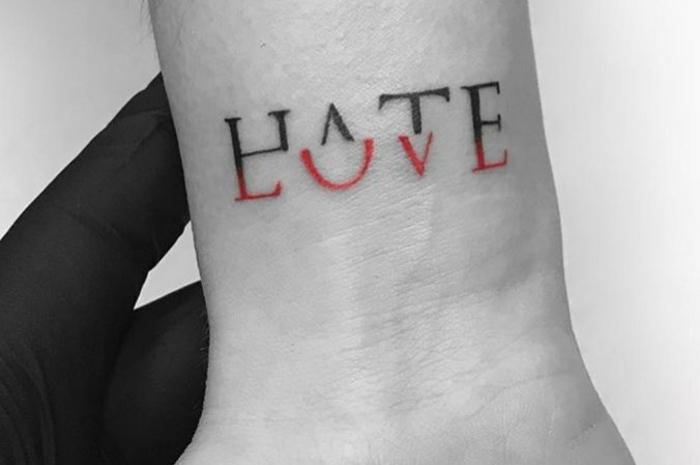 diseños de tatuajes con letras super originales, tattoo en la muñeca bonita, tatuajes en la mano mujer