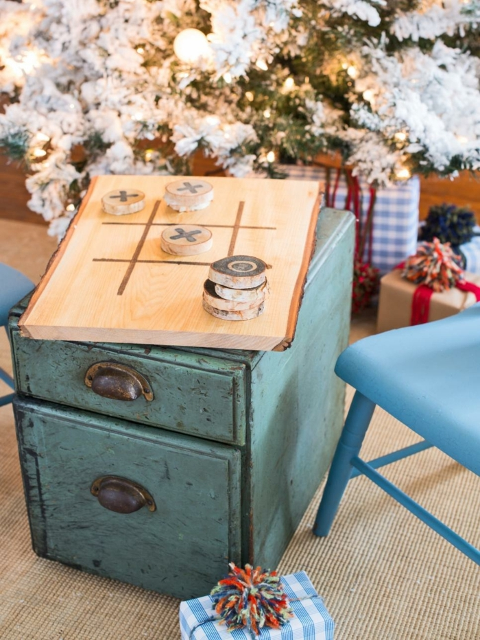 cuáles son los regalos DIY más originales, regalos originales pareja, juego tres en raya de madera