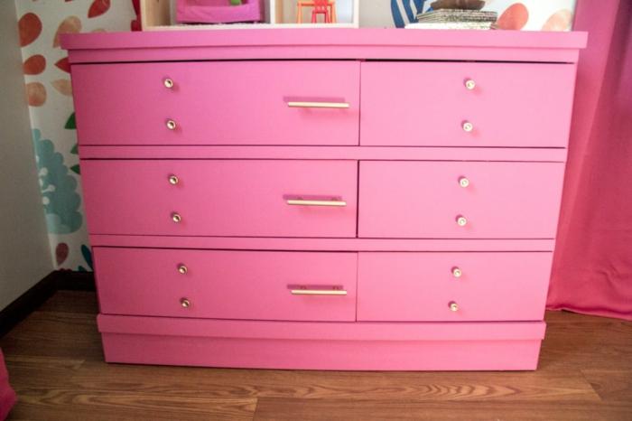 imagines sobre como restaurar muebles antiguos, grande cofre pintado en color rosado