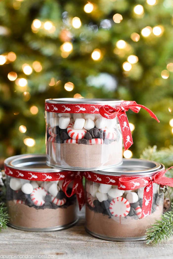 frascos navideños llenos de cocoa y marshmallow, ideas de pequeños detalles para regalar en Navidad, regalos amigo invisible
