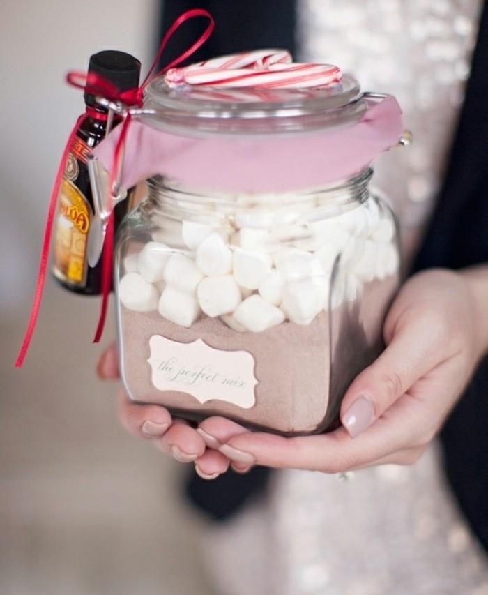 frasco decorado lleno de caramelos y cocoa, regalos originales pareja y románticos, ideas en fotos