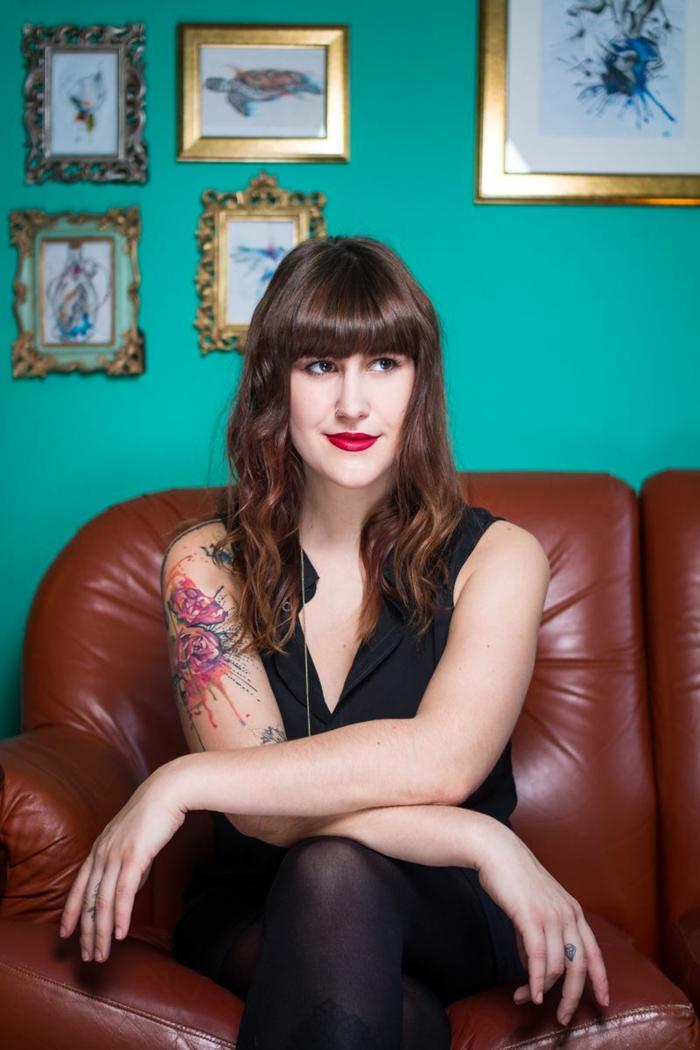 estilos de tatuajes originales y bonitos, tatuaje brazo mujer en colores, diseños de tatuajes con flores