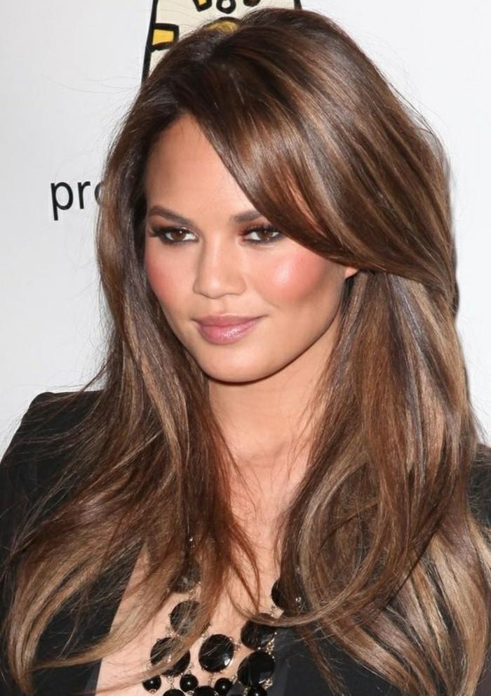 fotos de celebridades con mechas balayage, larga melena cortada en capas con reflejos color caramelo