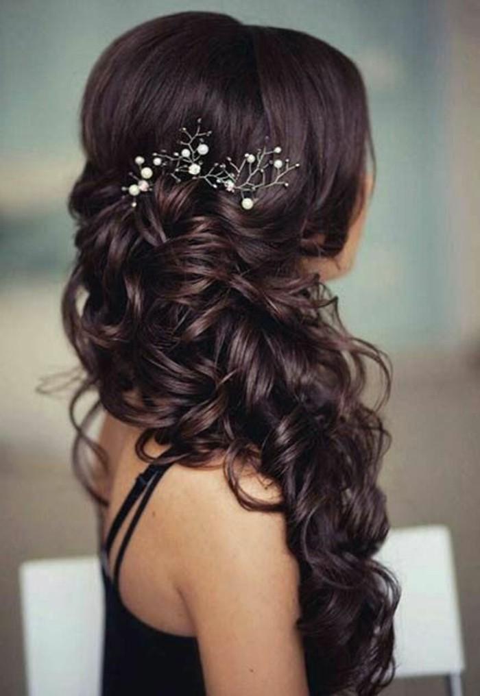 bonito recogido con pelo rizado y precioso adorno, ideas de peinados para pelo largo para bodas