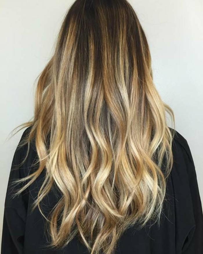 reflejos bonitos en el cabello, larga melena con mechas rubias, preciosos ejemplos de mechas balayage
