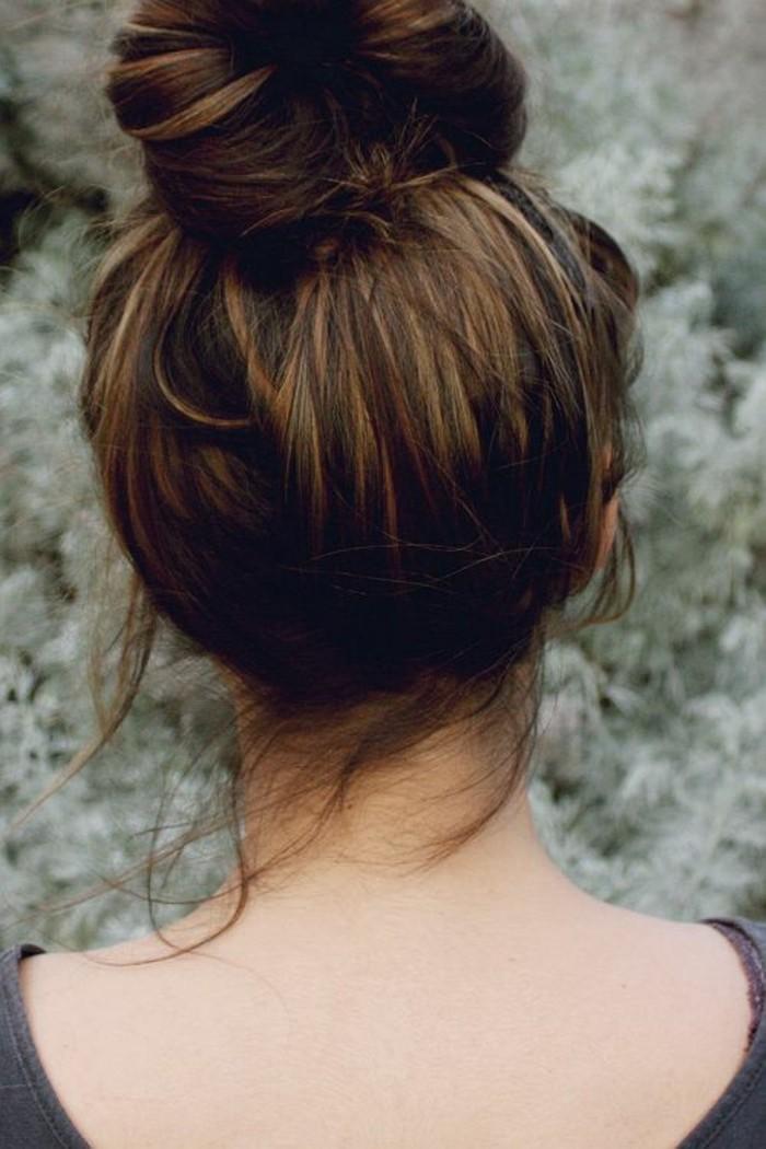 precioso reflejos en el pelo, cabellera color castaño oscuro con mechas más claras, fotos de peinados